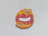 Персоналізований керамічний магніт «Грайливі кошенята» (червоний клубочок)