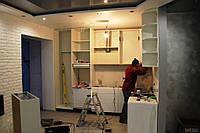 Белая кухня модерн со встроенным холодильником и скинали, фото 1