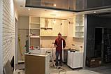 Белая кухня модерн со встроенным холодильником и скинали, фото 2