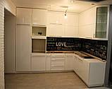 Белая кухня модерн со встроенным холодильником и скинали, фото 4