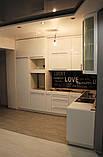 Белая кухня модерн со встроенным холодильником и скинали, фото 5