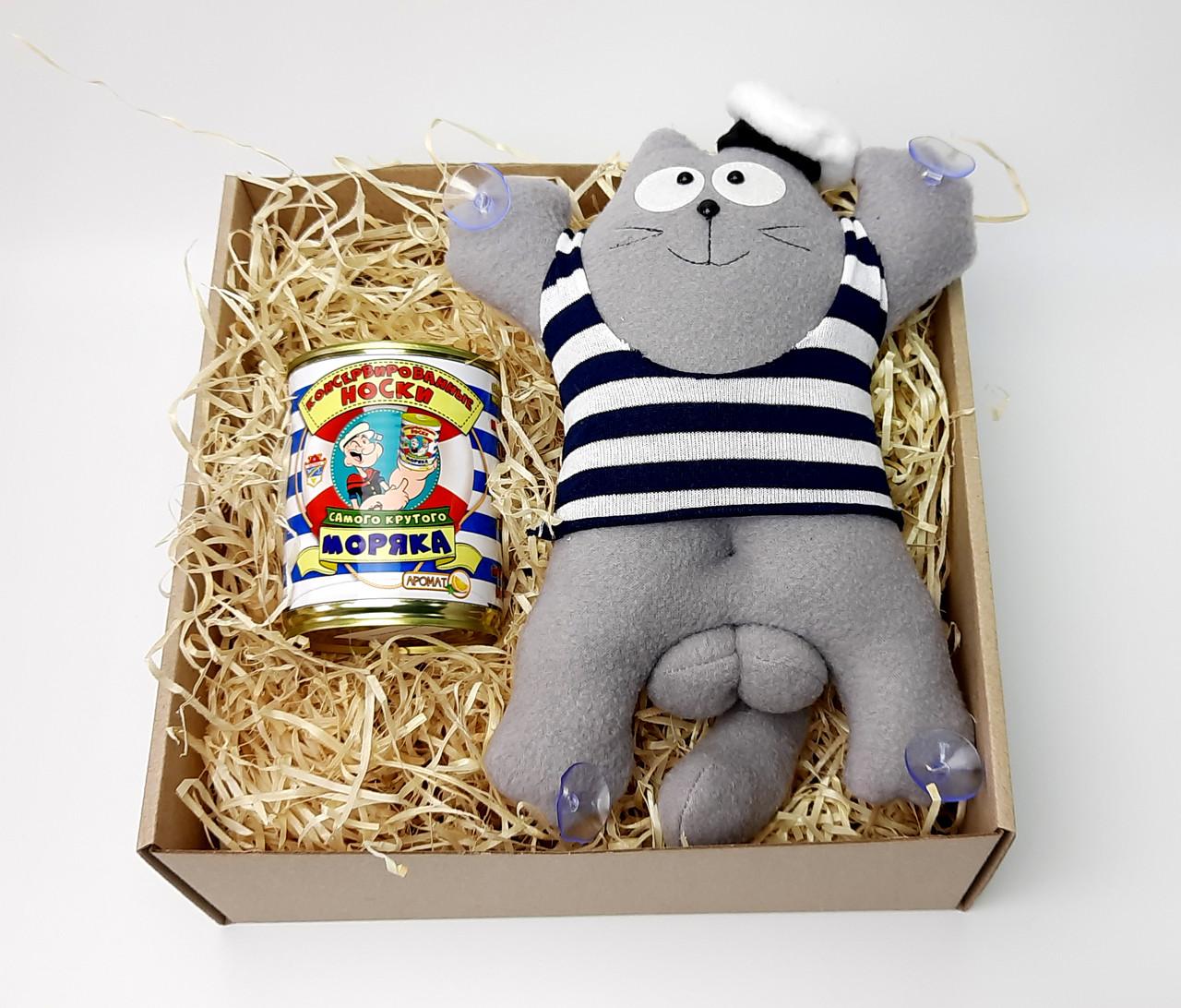 Подарочный набор моряку: Кот Саймон Моряк на присосках и консервированные носки самого крутого моряка