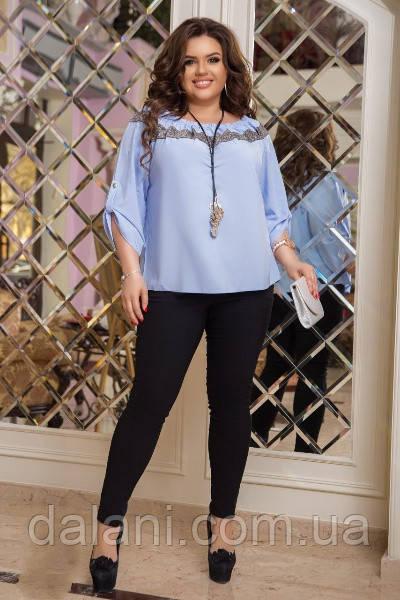 Женский костюм из голубой блузы и черных леггинсов батал