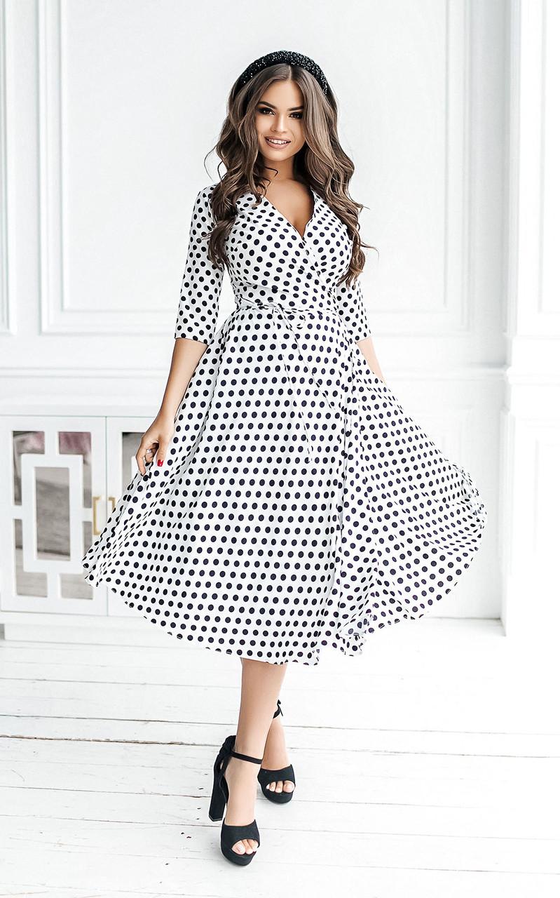 Длинные женские летние платья на запах белые в горох тренд 2021