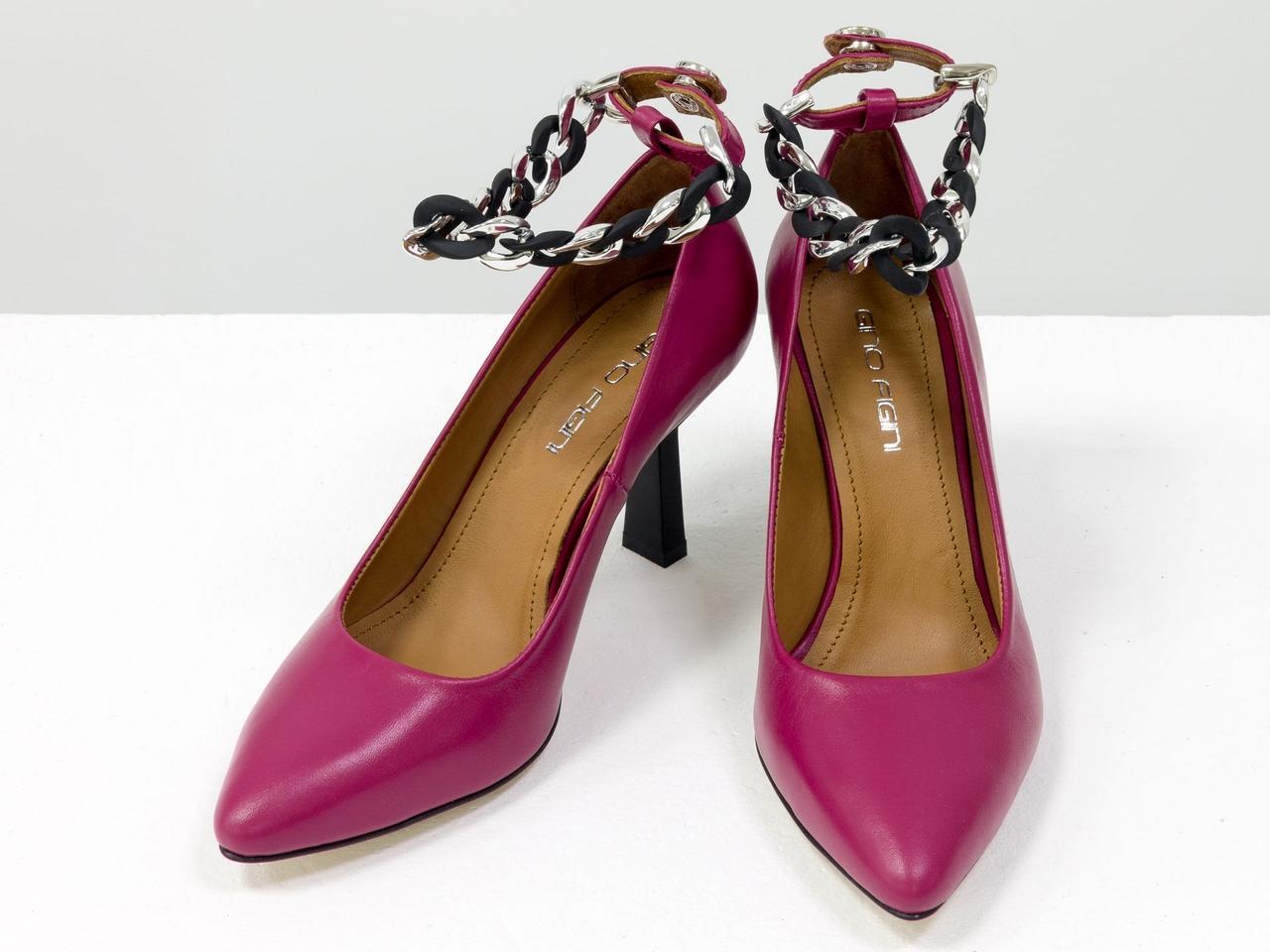 """Дизайнерские туфли на каблуке """"рюмочка"""", выполнены из натуральной малиновой кожи с металлическим ремешком"""