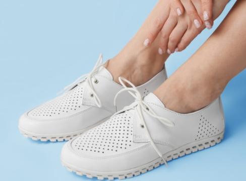 Белые женские мокасины с перфорацией на шнуровке из натуральной кожи