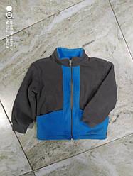 Флисовая кофта с воротником стойкойна ребенка серо голубая