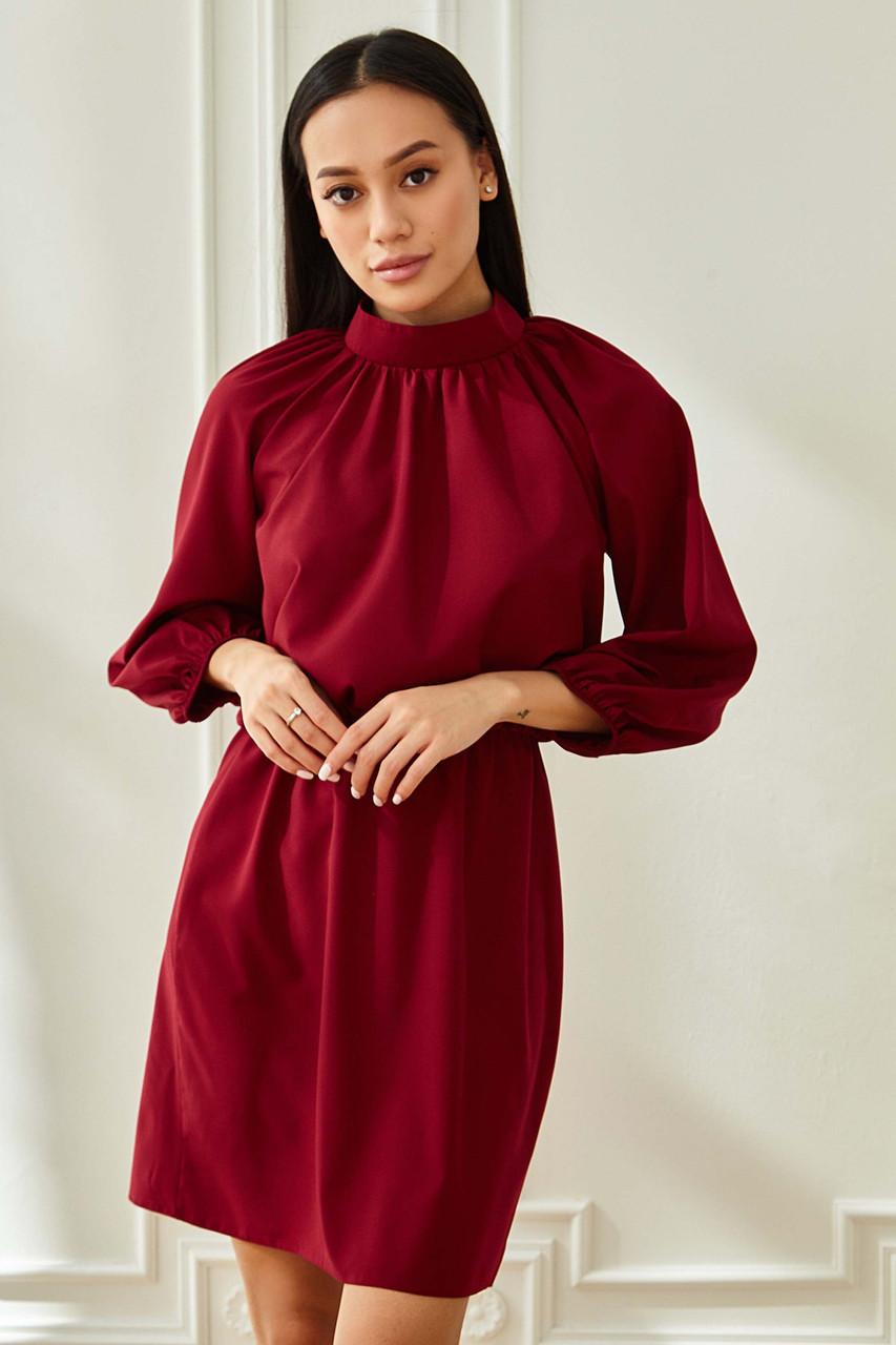 Короткое платье винного цвета с воротником стойка и рукавом реглан повседневное