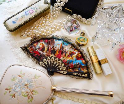 Украшения, винтажная бижутерия, зеркала и все для женской красоты