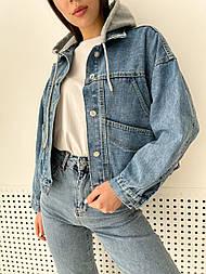 Куртка жіноча джинсова з сірим капюшоном