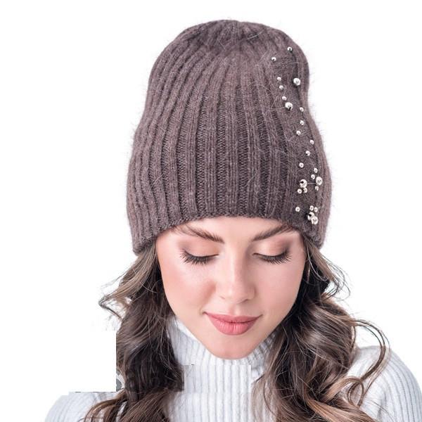 Жіноча коричнева шапочка двошарової в'язки прикрашена камінням