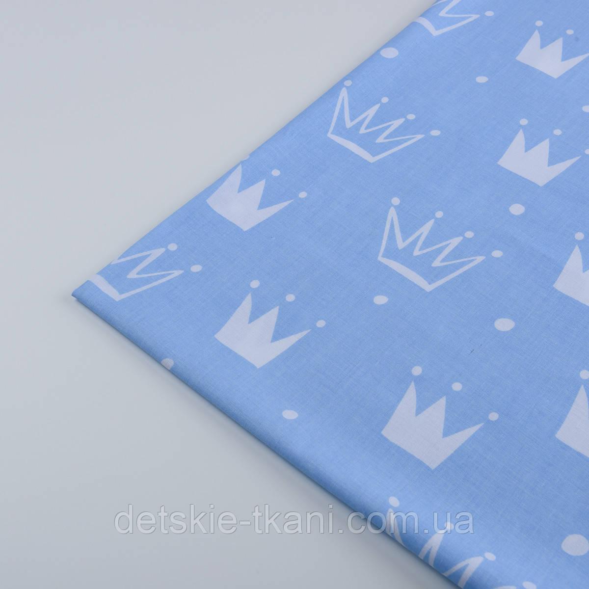 """Лоскут ткани """"Нарисованные короны"""" белые на голубом №1311а, размер 60*40 см"""