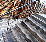 Огорожа маршових сходів поручнями з нержавіючої сталі з горизонтальним заповненням трьома ригелями