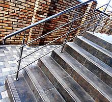 Ограждение маршевых лестниц перилами из нержавеющей стали с   горизонтальным заполнением тремя ригелями