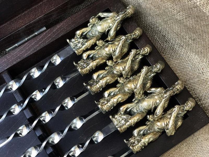 """Набір шампурів ручної роботи """"Козаки"""" в кейсі з натурального дерева"""