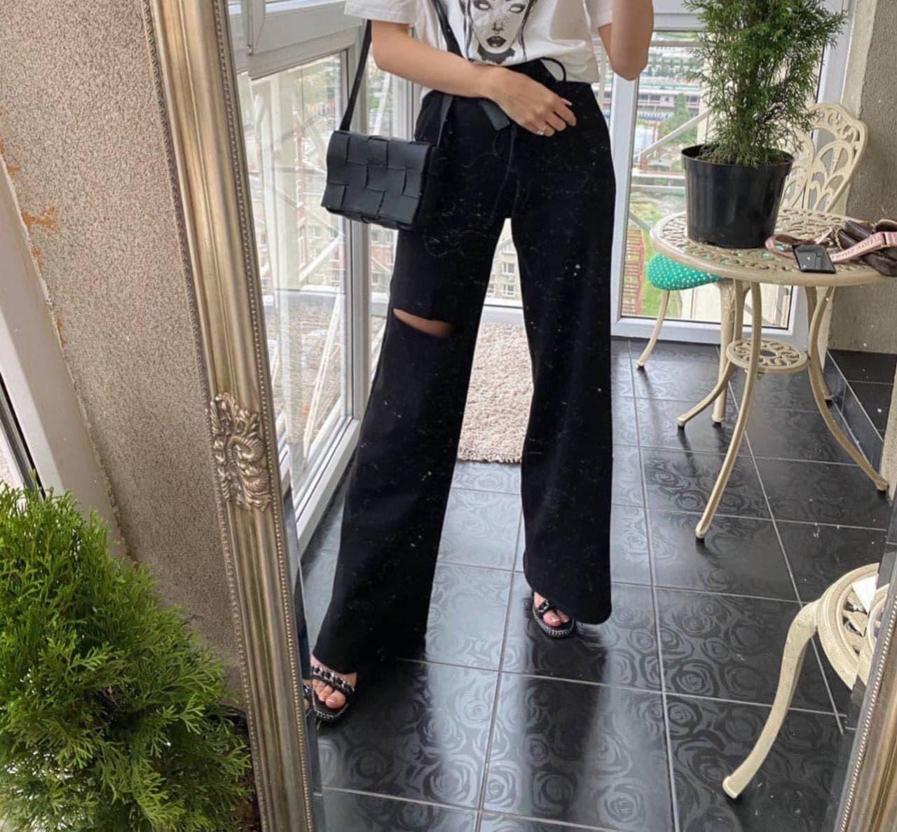 Женские черные брюки-трубы с разрезом