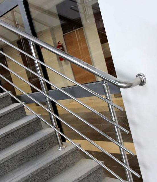Поручні для перил - варіанти зв'язування біля вікна