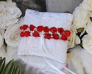 Свадебная кружевная подушечка для обручальных колец в белом цвете с красной лентой и цветами