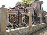 Забор из профлиста с элементами ковки