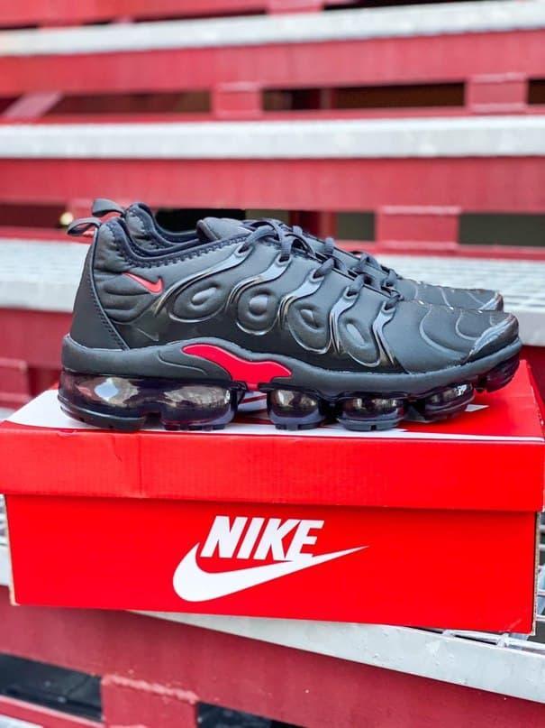Чоловічі кросівки Nike Air VaporMax Plus (чорні з червоним) К2771 весняні стильні кроси