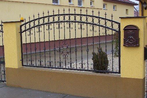 Забор из металла с элементами ковки