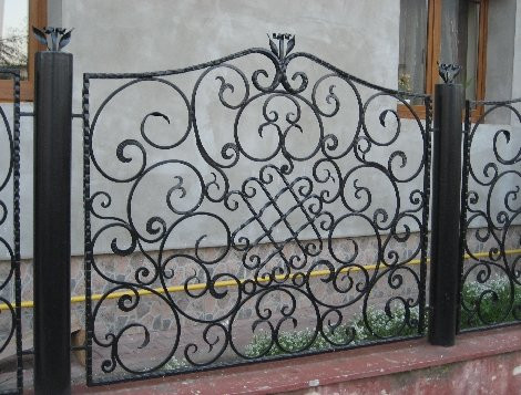 Забор украшенный ковкой