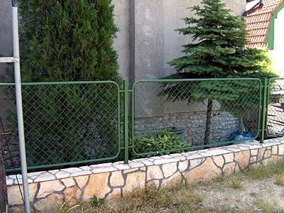 Забор из камня и ковки