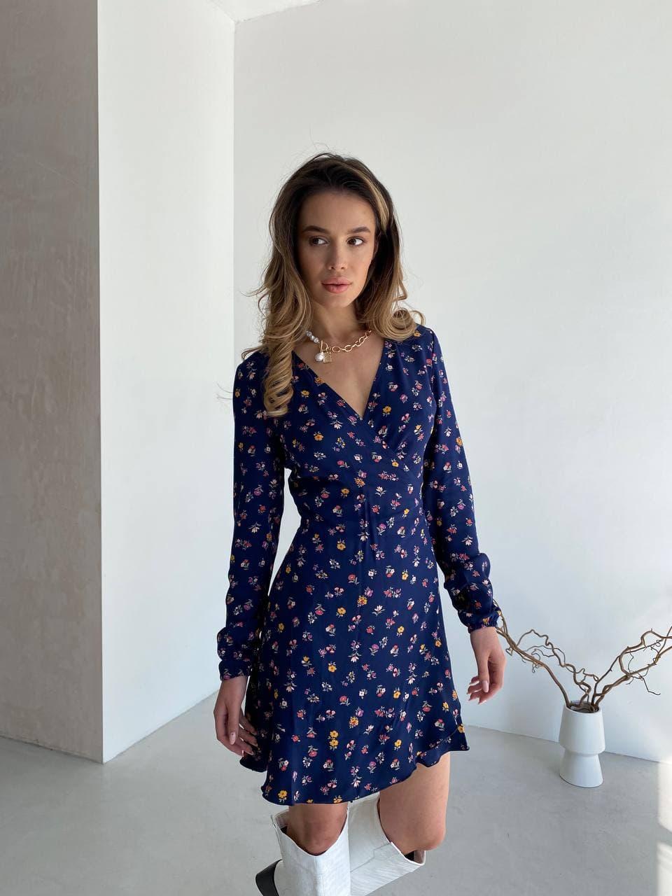 Цветочное платье мини на запах синее