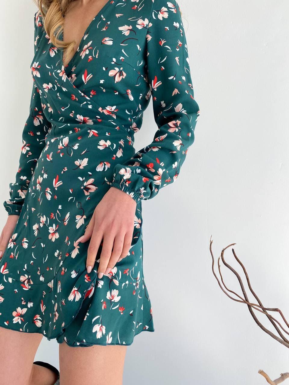 Цветочное платье мини на запах зеленое
