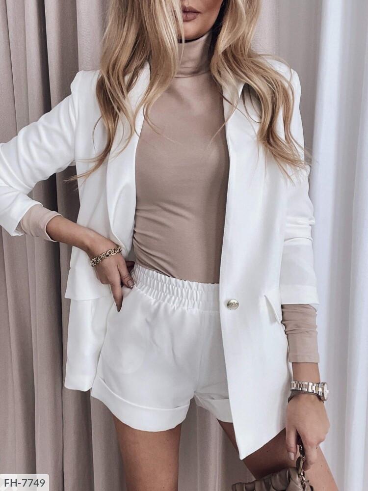 Женский костюм с шортами и пиджаком