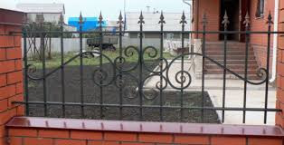 Забор из проф трубы с ковкой