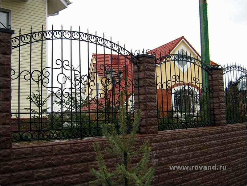 Забор из кованых элементов и ворота