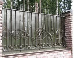 Кованый забор комбинираван з металом