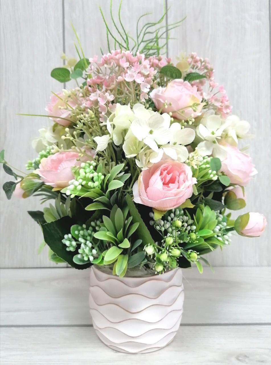 Композиція з штучних квітів в кераміці