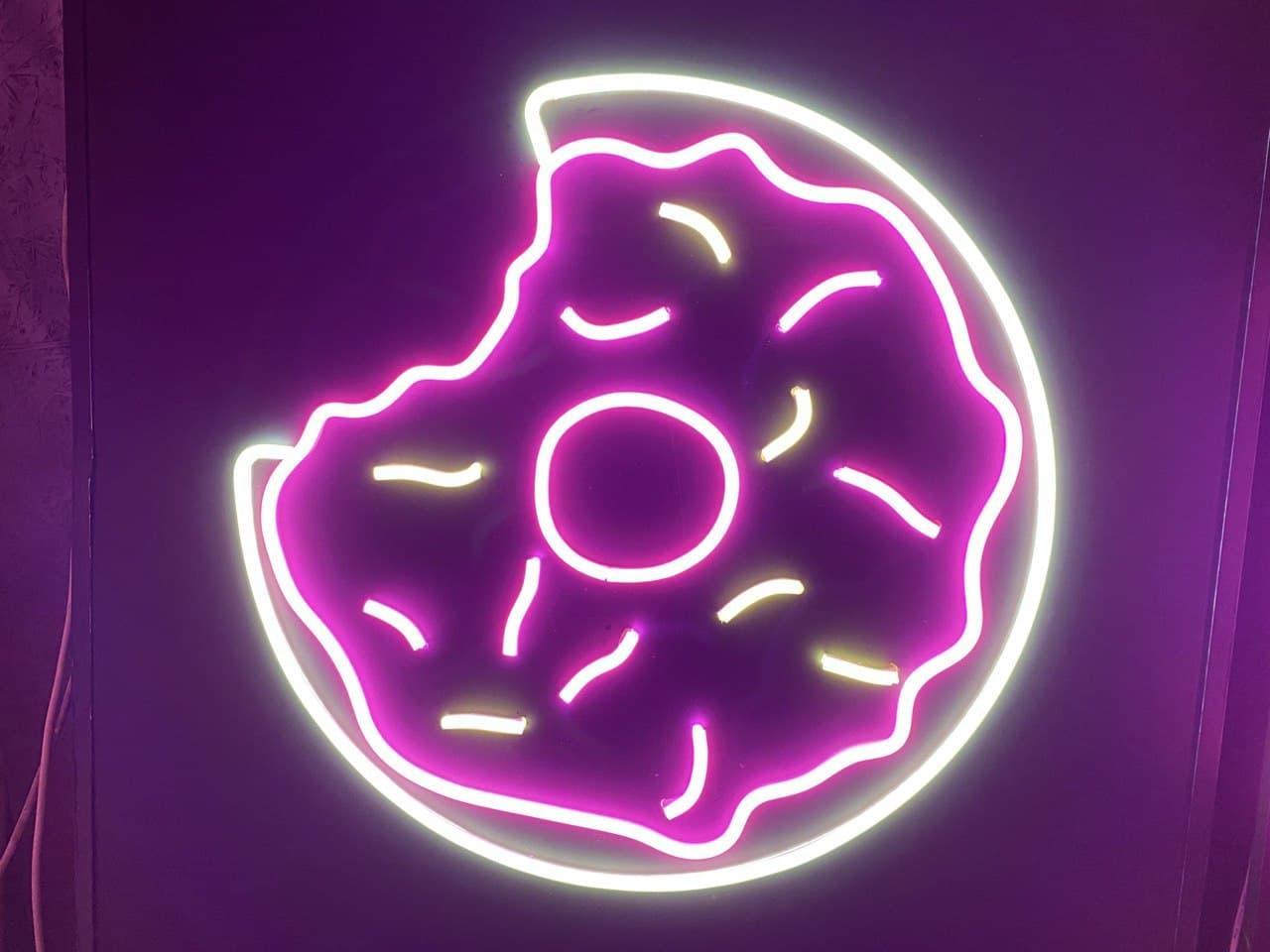"""Неоновая вывеска """"Donut"""""""