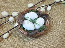 Гнездышко коричневое из сизали с мхом и яйцами