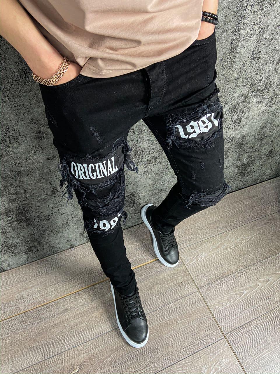 Мужские зауженные джинсы черного цвета с белыми заплатками