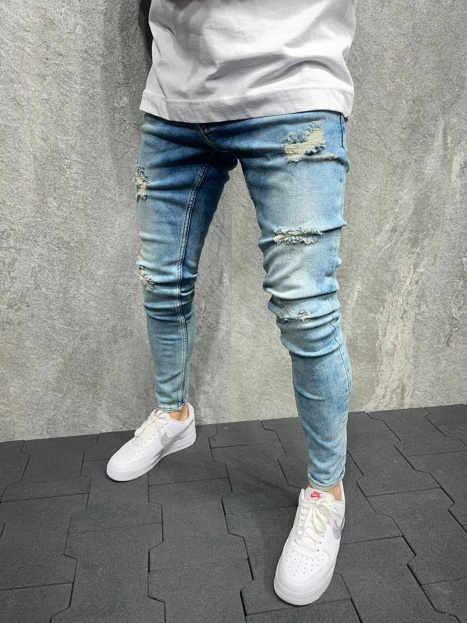 Мужские зауженные джинсы голубого цвета рваные