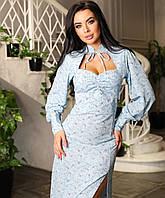 Голубое красивое женское платье миди в цветочек с фигурным вырезом на груди и разрезом по ноге