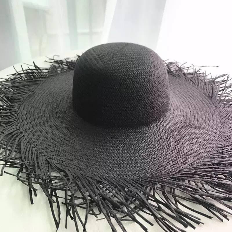 Чорна солом'яний капелюх жорсткої форми, з розрізаними полями