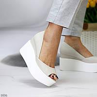 Актуальные светлые бежевые открытые женские туфли натуральная кожа на белой танкетке 35-23 см
