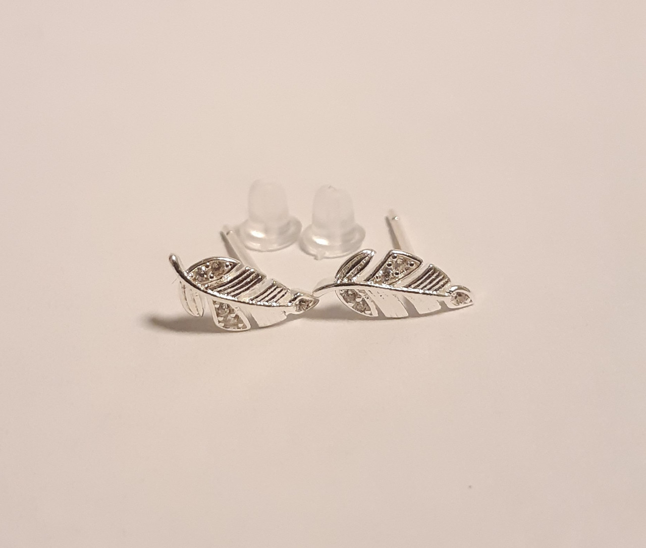 Серебряные серьги с фианитами перо