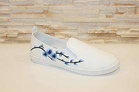 Сліпони жіночі білі з вишивкою Сакура код Т225