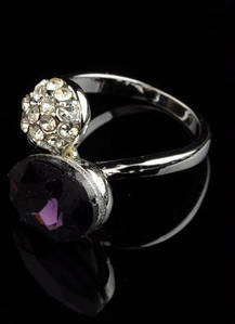 Кольцо с сиреневым и белыми кристаллами код 106