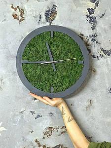Дизайнерські настінні годинники з дерева в сірій рамі 35 см . Годинник з моху . Дерев'яні годинник їх моху