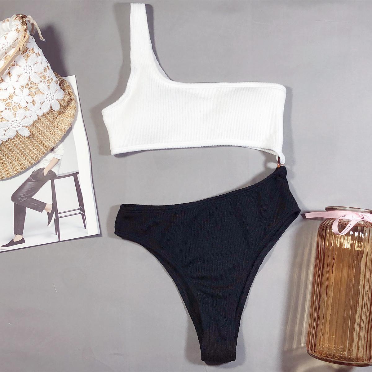 Сдельный черно-белый купальник бикини с открытым животом