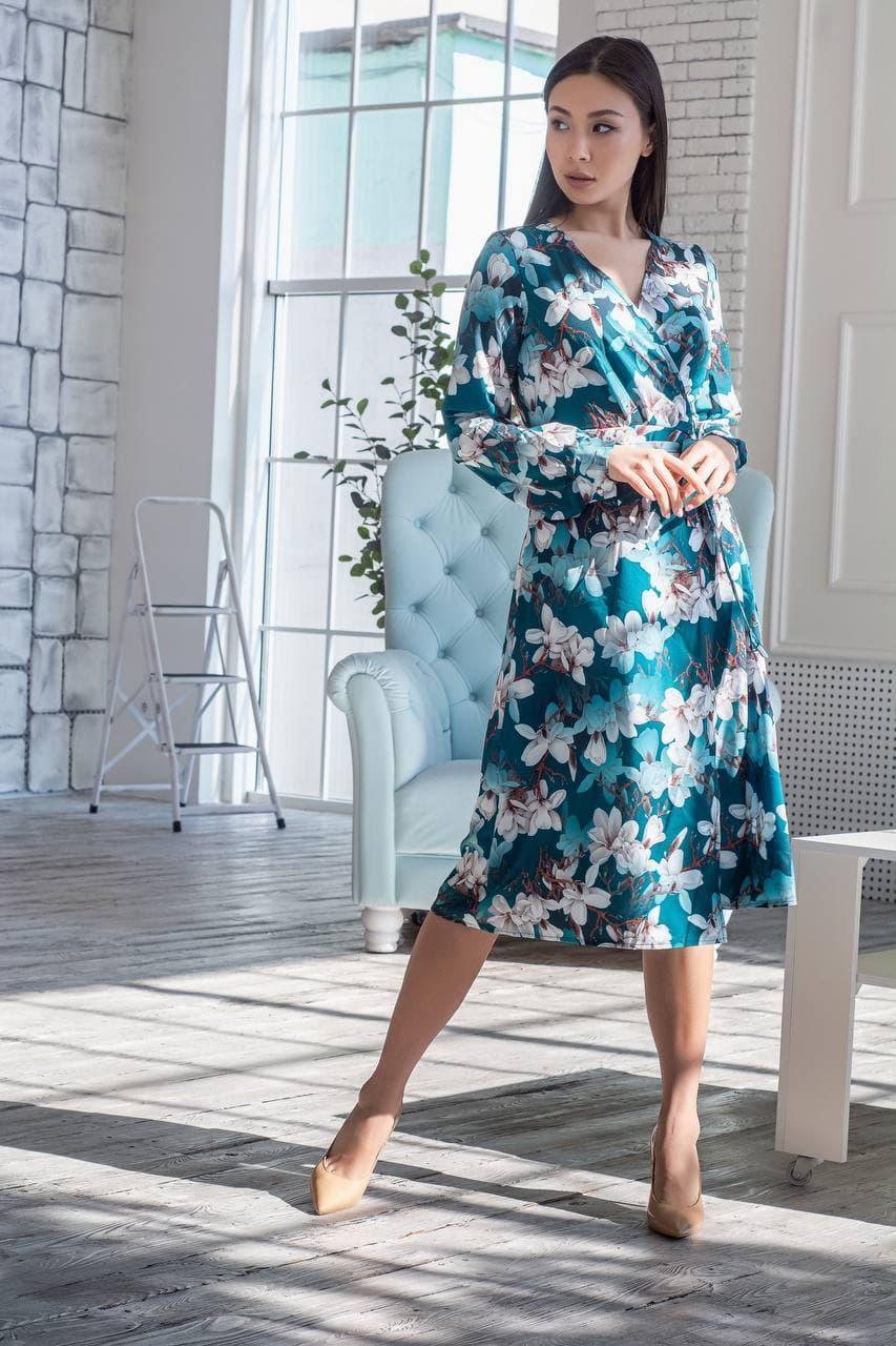 Легкое женское летнее платье на запах, по колено, с длинными рукавами. Цветы на изумруде. 40-42, 44-46