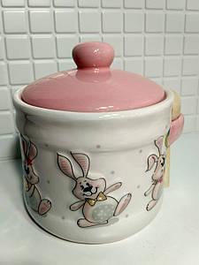 Банка с деревянной ложкой керамическая с объемным рисунком Веселый кролик BonaDi DM150-E