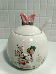 Сахарница керамическая с ложкой BonaDi с объемным рисунком Веселый кролик DM142-E