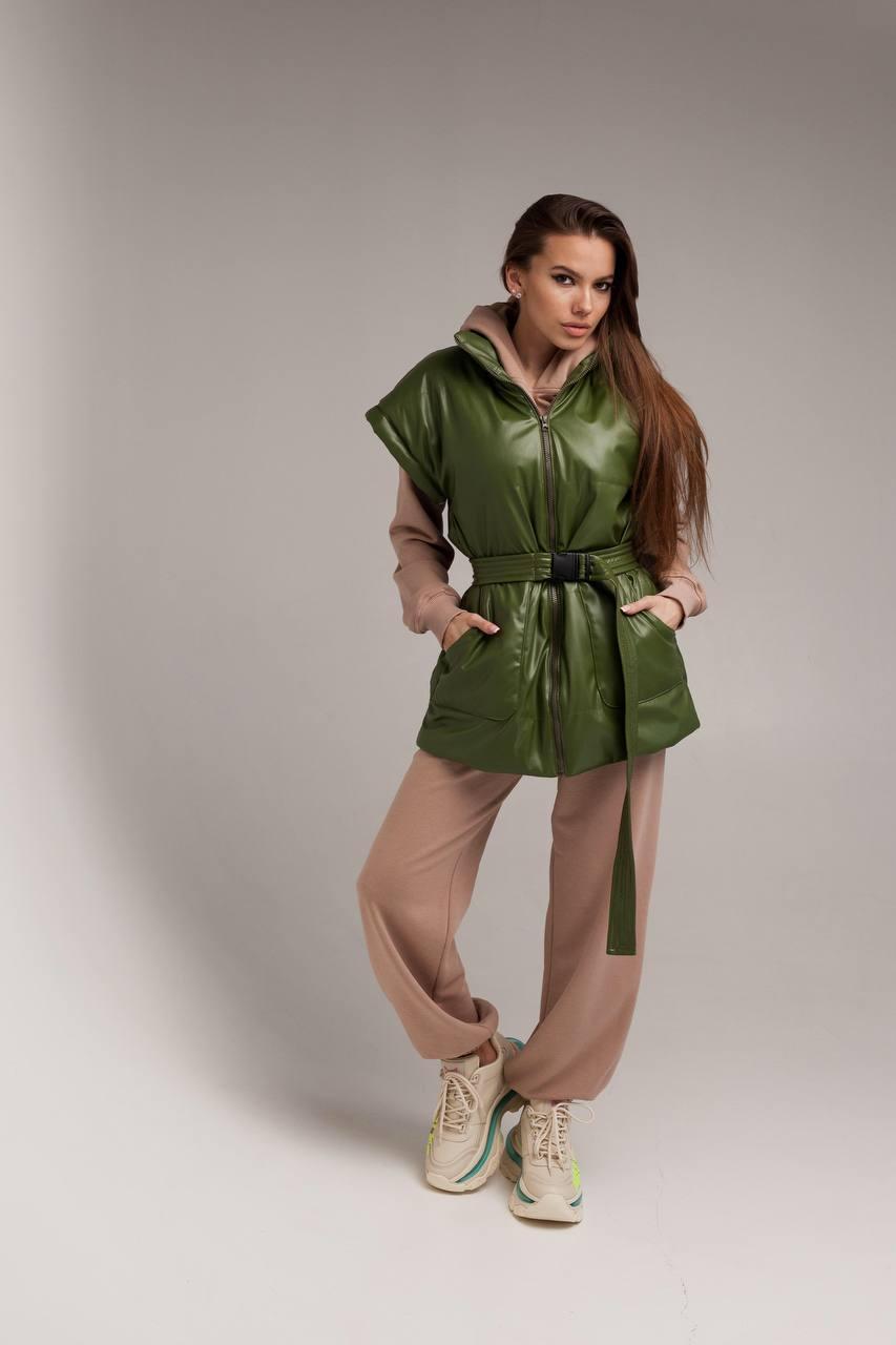 Женская зеленая жилетка из эко-кожи
